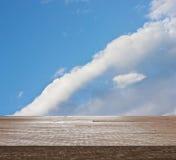 Верхняя часть деревянного стола на голубом небе с облаком Стоковые Фото