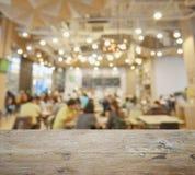 Верхняя часть деревянного стола с нерезкостью ресторана и кафа Стоковое Изображение RF