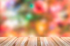 Верхняя часть деревянного стола с предпосылкой запачканной рождеством Стоковое Изображение