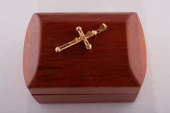 Верхняя часть золота перекрестная на деревянной коробке Стоковые Фотографии RF