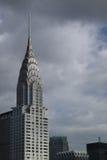 Верхняя часть здания Крайслера с темными облаками за ей Стоковые Изображения RF