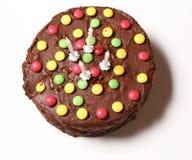 Верхняя часть именниного пирога шоколада с красочными конфетами Стоковое Изображение
