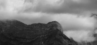 Верхняя часть и облака горы Стоковая Фотография