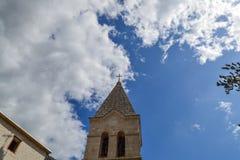 Верхняя часть колокольни против неба церковь правоверная Черногория Стоковые Фото