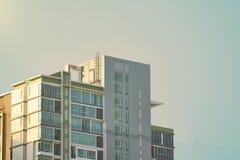Верхняя часть кондо или башни на предпосылке неба, дне вверх по взгляду Стоковое фото RF