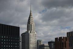 Верхняя часть Крайслера и других зданий центра города Манхаттана с темнотой Стоковые Фотографии RF