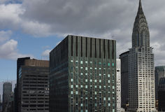 Верхняя часть Крайслера и других зданий центра города Манхаттана с темнотой Стоковое Изображение RF