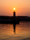 Верхняя часть красивого захода солнца касающая маяка Стоковые Изображения RF