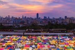 Верхняя часть крыши рынка ночи цвета вида с воздуха множественная Стоковое Изображение