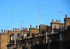 Верхняя часть крыши с печными трубами и антеннами Стоковое фото RF