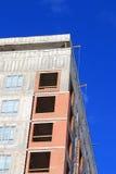 Верхняя часть многоэтажного здания под конструкцией Стоковое Фото