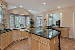 верхняя часть мрамора кухни острова Стоковые Фотографии RF