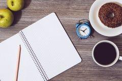 Верхняя часть над концом накладных расходов вверх по фото взгляда открытой ручки сочинительства книги блокнота тетради дневника p стоковое изображение rf