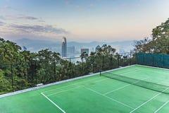 Верхняя часть небоскреба к ноча с панорамой Гонконга и tennic Стоковые Изображения RF