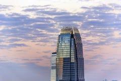 Верхняя часть небоскреба к ноча Стоковые Фотографии RF