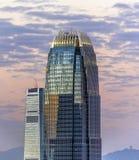 Верхняя часть небоскреба к ноча Стоковые Изображения RF