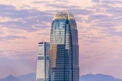 Верхняя часть небоскреба к ноча Стоковое Изображение