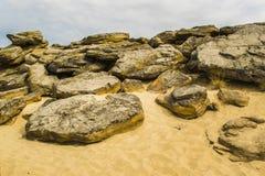 Верхняя часть одного из красных песчаников со своими многочисленными пещерами и видимого размывания под облачным небом Желтый пес Стоковая Фотография RF