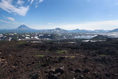 Верхняя часть озера вулкана и горы Vilyuchinskaya от вулкана Gorely стоковое фото