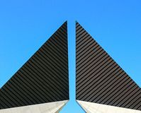 Верхняя часть памятника с геометрическими формами стоковая фотография