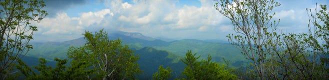 верхняя часть панорамы горы стоковые изображения