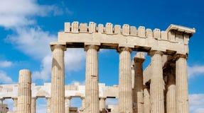 Верхняя часть Парфенона в акрополе в Афинах стоковое изображение