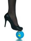 верхняя часть планеты глобуса девушки ноги земли сексуальная Стоковое Фото