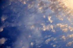 Верхняя часть пятнистых luscious облаков широкоформатная Стоковое Изображение