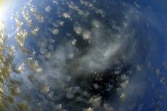 Верхняя часть пятнистых luscious облаков широкоформатная Стоковые Изображения RF