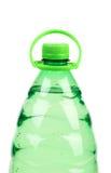 Верхняя часть пластичной бутылки с водой без ярлыка. Стоковые Изображения RF