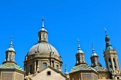Верхняя часть римско-католического собора El Pilar против ясного голубого неба стоковые фотографии rf