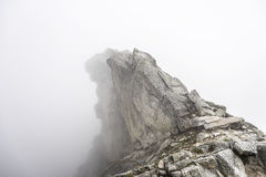 Верхняя часть скалистого горного пика Стоковое Фото