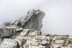 Верхняя часть скалистого горного пика Стоковое Изображение RF