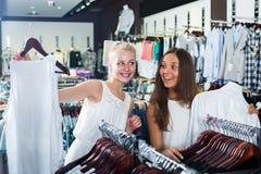 Верхняя часть 2 смеясь над девушек ходя по магазинам совместно Стоковые Фотографии RF