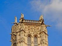 Верхняя часть средневековой башни Свят-Jacques, Парижа, Франции, на ясном голубом небе Стоковая Фотография