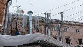 Верхняя часть старого кирпичного здания с печными трубами хрома и ha Стоковое фото RF