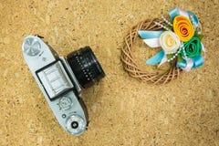 Верхняя часть старой камеры с искусственным цветком Стоковое фото RF