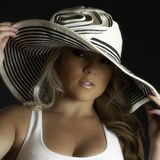 Верхняя часть танка шляпы белокурой девушки Latina большая белая Стоковая Фотография RF