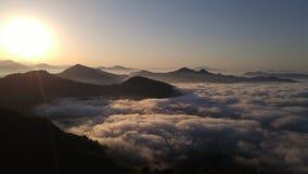 Верхняя часть туманной горы стоковое фото rf