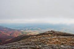 Верхняя часть холма горы заморозка на au предпосылки прикарпатских гор Стоковое Изображение