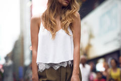 Верхняя часть хлопка красивой девушки моды нося белые и обмундирование брюк gey Стоковые Изображения