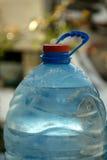 Верхняя часть шеи бутылки с водой запачканная предпосылка Стоковая Фотография RF