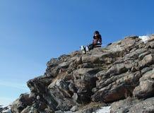 верхняя часть snowboard горы девушки Стоковые Фотографии RF