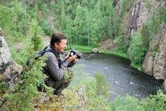 верхняя часть taiga человека пущи камеры счастливая стоковая фотография rf