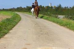 верховая лошадь 2 дам на солнечный день в сентябре стоковое изображение rf