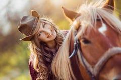 Верховая лошадь пастушкы на поле лета Стоковая Фотография RF