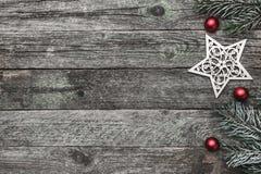 Верхушка, верхняя часть, осматривает сверху белых figurines зимы, вечнозеленой ветви и красный цвет забавляется на серой предпосы Стоковая Фотография RF