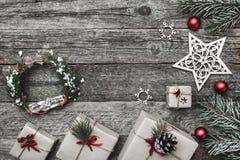 Верхушка, верхняя часть, осматривает сверху белых figurines зимы, вечнозеленой ветви, игрушек красного цвета, настоящих моментов  Стоковые Фотографии RF