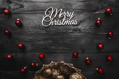 Верхушка, верхняя часть, осматривает сверху, вечнозеленых сосен, игрушек красного цвета и белой с Рождеством Христовым надписи Стоковое Изображение RF