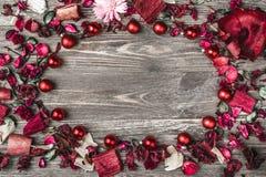 Верхушка, верхняя часть, осматривает сверху, декоративных высушенных, покрашенных лепестков цветка, расшивы, в стиле рождества Стоковая Фотография